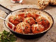Рецепта Телешки кюфтета яхния в доматен сос с булгур, лук и магданоз в тенджера на котлон